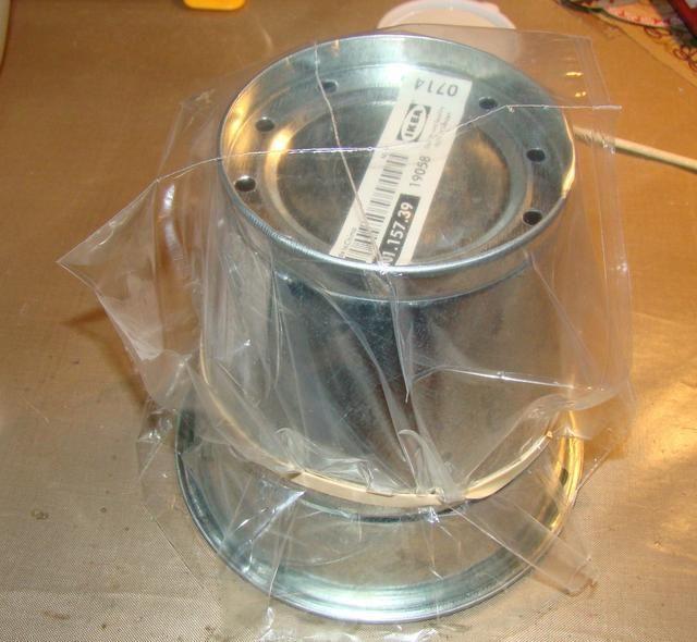 Cúbrase la lata o recipiente de plástico para facilitar la extracción de su pañito una vez seco.