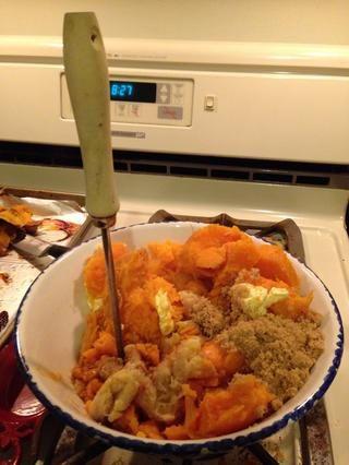 Una vez que arrancaba las batatas y los bananos agrega la canela, el azúcar morena, miel, mantequilla y sal a la taza y utilizar un machacador para ayudar a mezclar a su consistencia. Smooth / semi-grueso si te gusta