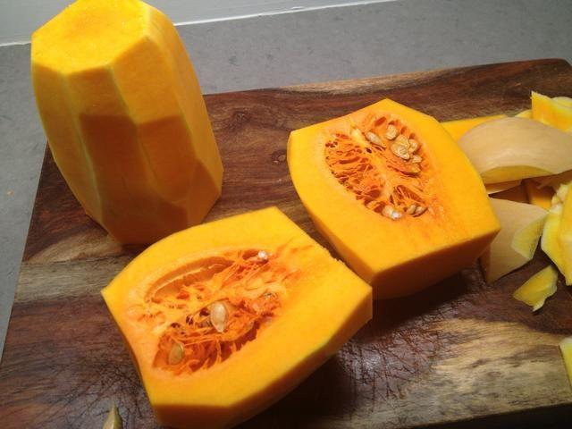 Sólo la parte redonda / inferior contiene semillas. ¿Sabías esta calabaza es técnicamente una fruta ?! Ello's packed w/carotenoids which protect against heart disease.