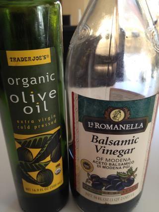 Apaga generosamente con aceite de oliva (o aceite de canola) y el vinagre balsámico.