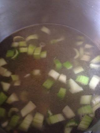 Poner el caldo de nuevo y añadir las verduras.