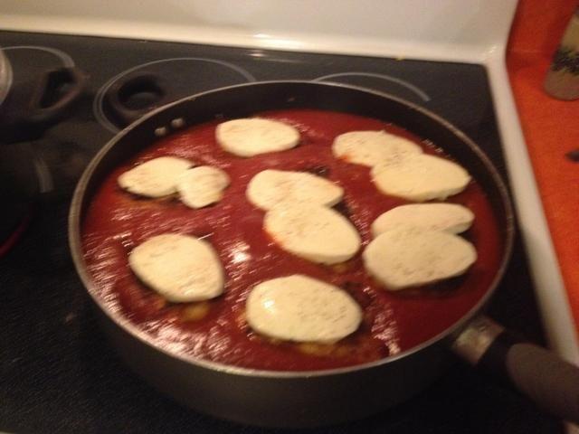 Agregue el queso mozzarella fresco o rallado en la parte superior de cada pieza de pollo y añadir sal y pimienta