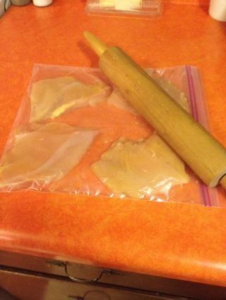 Coloque las piezas de pollo en una bolsa ziplog (habitación licencia que les rodea) y de fácil golpear con un rodillo o un mazo hasta 1/2