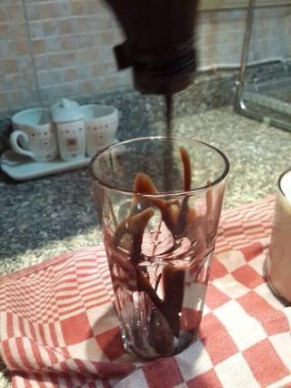 Ponga la salsa de chocolate alrededor de la copa desde el interior para hacer la mocha del chocolate sabor más dulce frappe.