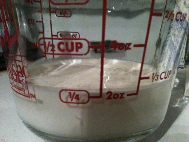 Vierte 1/4 taza de crema de leche en una taza de medir