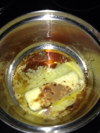 Derretir la mantequilla con el extracto de vainilla.