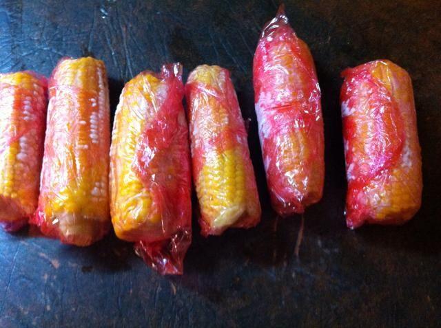 Coge algunas espigas de maíz de congelador. Estos estaban fuera del jardín. ??????