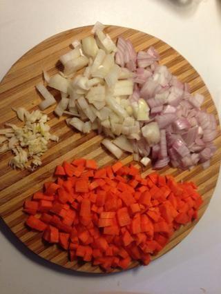 Picar la cebolla, el ajo y la zanahoria