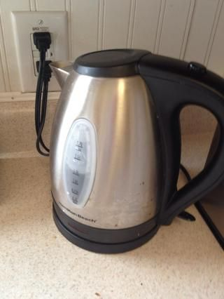 Sí se puede hervir el agua en la estufa y si lo tiene gas's faster but a boiling kettle does the job in 5 min and really helps if you want to do this before you leave for work. This was $20 Costco.