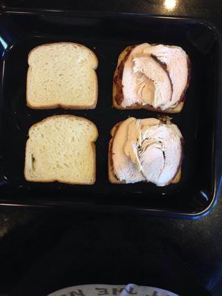 Coloque la cantidad deseada de pavo en la parte superior de la salsa de arándanos.