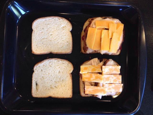 Cubra con Brie (o queso de elección). Coloque en el horno durante un minuto o hasta que el queso se derrita.