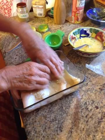 Ahora frotar el pescado bien con la marinada de limón, la mostaza, el comino y la pasta de ajo.