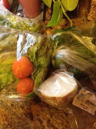 Mientras que el pescado está marinando, Connie va a preparar las verduras que van en los tacos.