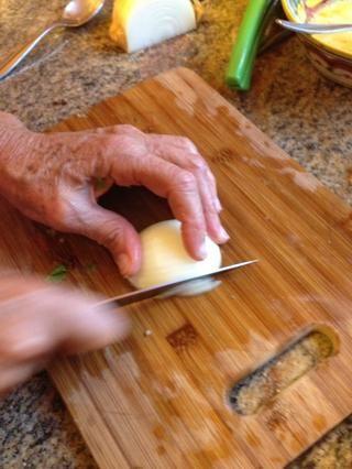 Siguiente cortamos a la mitad de una cebolla en trozos pequeños.