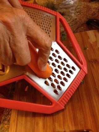 Rallar cerca de 1/2 de una zanahoria ....