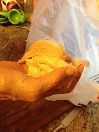 Caída de las piezas de pescado en la harina sazonada.