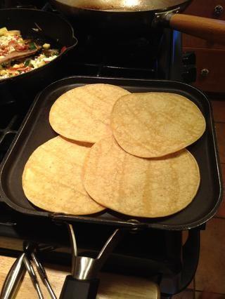 Mientras tanto calentar las tortillas de maíz en una sartén sin engrasar.