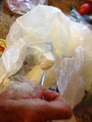 En otra bolsa de poner un poco de harina para todo propósito.