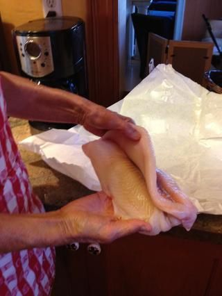 Ahora preparamos el pescado. Esta noche Connie está utilizando única petrale pero cualquier pescado blanco firme hará.