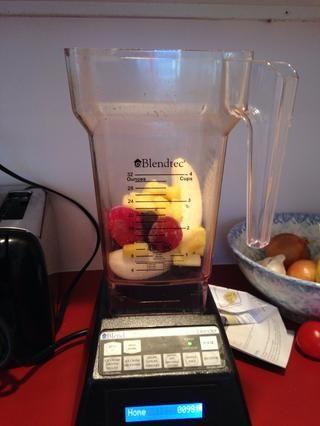 Unos puñados de fruta congelada.