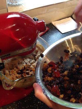 Poco a poco pliegue en la fruta empapada a la masa del pastel y asegúrese de que esté bien mezclado