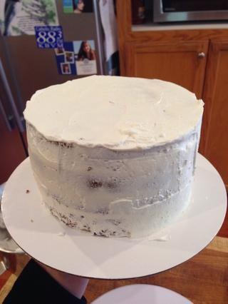 Escudo Crumb el pastel y luego colocar en la nevera durante al menos 30 minutos, para el glaseado a firme!