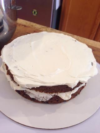 Mantenga replantear las capas de pastel, y llenarlos con glaseado.