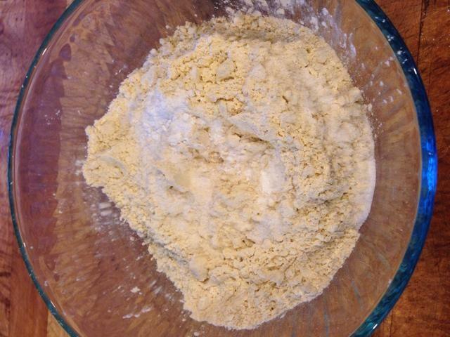 Mezcle la harina, goma xantana, y el azúcar restante.