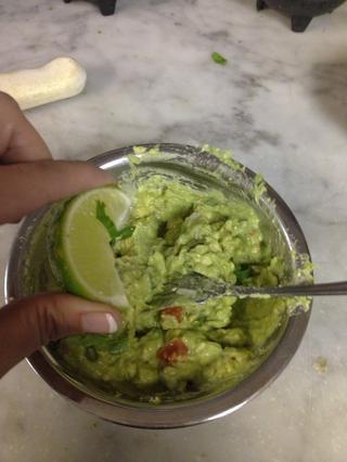 Agregue el limón y la sal, yo uso una de cal agujero pero usted puede añadir media y luego probarlo. Sólo recuerda que el secreto de un buen guacamole es el limón y sal.