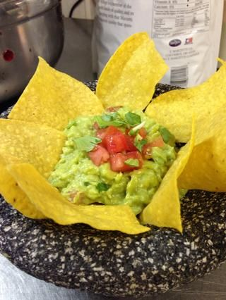 Servir en un plato bonito, añadir algunos chips y adornar con tomate picado y el cilantro. ¡¡¡DISFRUTAR!!!