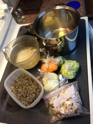 Aquí me había picado mis verduras, arroz cocido y cortado pollo cocido antes de tiempo. Ahora's time to assemble and cook the best soup ever!