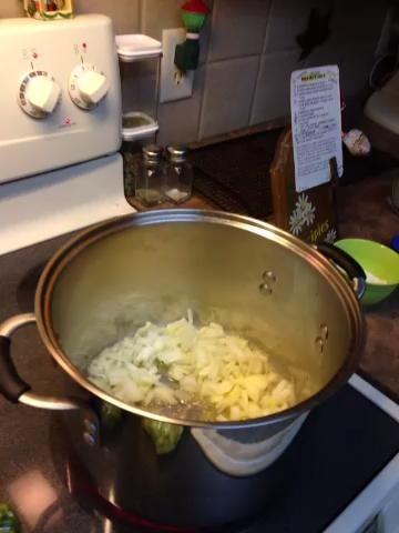 Añadir las verduras a la mantequilla derretida y cocinar a fuego lento .....