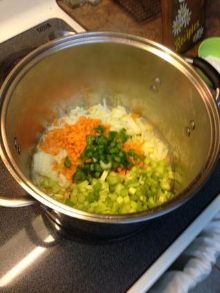 Cook & revuelva la cebolla, la zanahoria, el pimiento y el apio ....