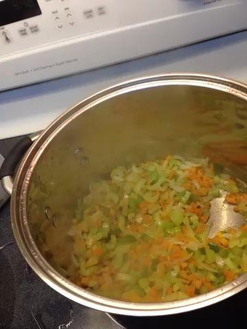 Agregue la harina y pimienta el tiempo suficiente para verduras capa. Esté listo para agregar inmediatamente caldo.