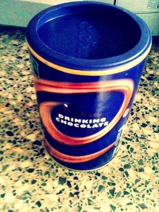 Mira con emoción en el chocolate caliente