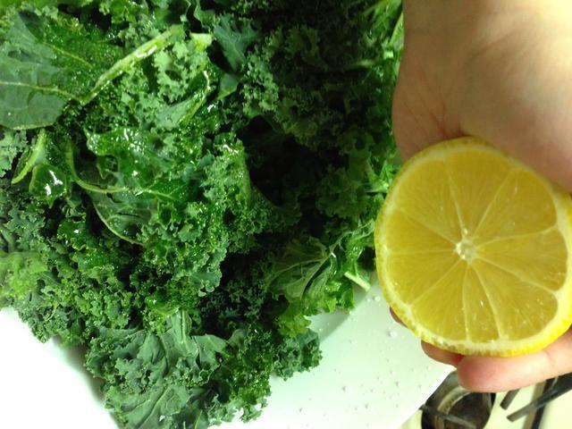 Añade tu limón, aceite de oliva y sal. Me gusta usar la sal del Himalaya de color rosa, porque su sólo mejor para usted. Pero la sal de mesa está bien. La mitad de un limón es probablemente suficiente, puede agregar más a gusto.