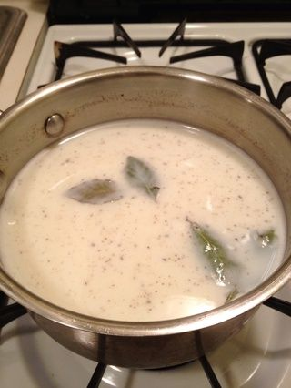 En primer lugar, vamos a hacer la cacerola bechamel sauce.In añadir la leche, hojas de laurel y una pizca de sal y pimienta. En medio / alto calor llevar a ebullición. Tan pronto como las burbujas de despegar calor.