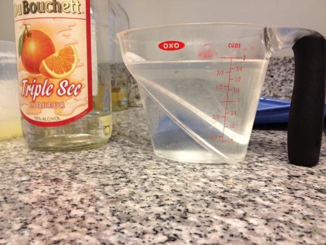 Use 2 tazas de Triple Sec. Vierta en un recipiente Tupperware, con jugo de limón, jugo de naranja y