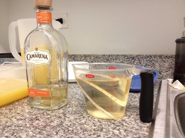 Utilice 4 Copas de Tequila Añejo. Escisión total en 2 partes. 2 Copas van en la jarra con la mitad de la mezcla. 2 Copas van en el recipiente Tupperware para más adelante.