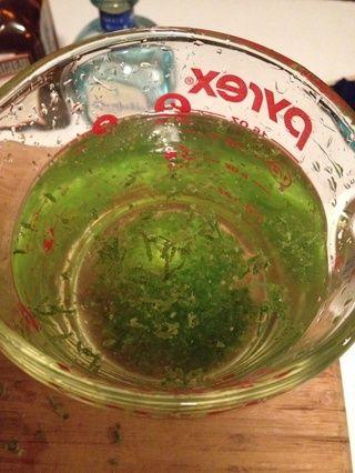 Ahora ponga toda la ralladura del limón una ponerlo en 2 tazas de agua. Coloque en el refrigerador durante 30-45 minutos.