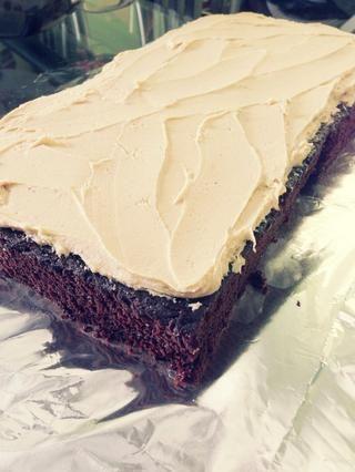 Pastel de chocolate y glaseado de mantequilla de maní. Yum