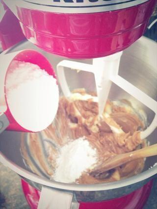 Empezar a añadir en la repostería's sugar