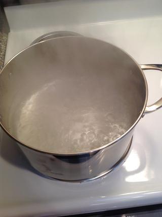 Cuando el agua está hirviendo rápidamente, añadir las patatas.