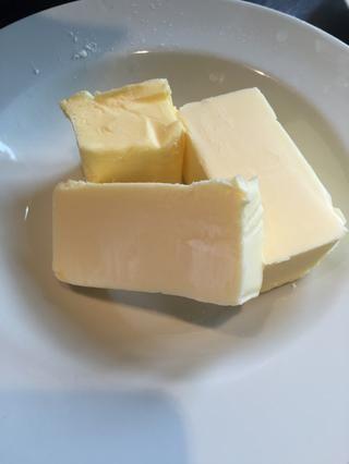 Tome su mantequilla blanda y azotar los ingredientes secos con él.