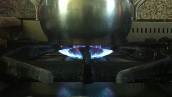 Reduzca el fuego a bajo y permitir que el agua a fuego lento