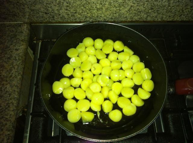 Añadir las patatas refrigeradas y mezclar en el aceite