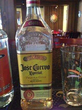 Añadir 1 oz de tequila, yo solía José Cuervo de oro pero se puede utilizar cualquier tequila te gusta