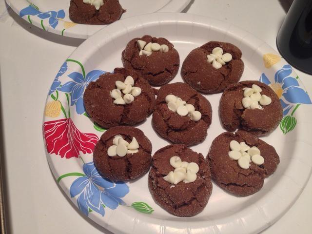 Inmediatamente presione 5-6 chips de chocolate blanco en el centro de cada galleta.