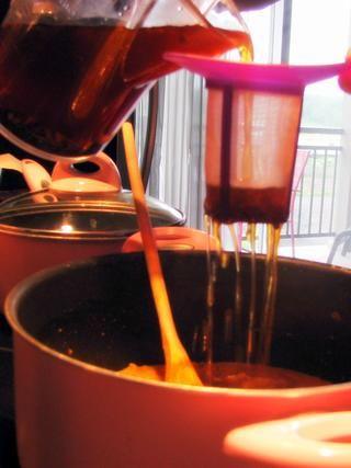Utilizando un colador, vierta 3 tazas de té en la mezcla de guisantes y lentejas, a continuación, añadir la leche de coco.
