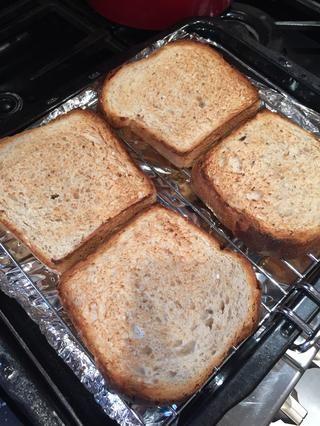 Tostar el pan fresco ligeramente por ambos lados. Solía pan casero al horno que hice esta mañana